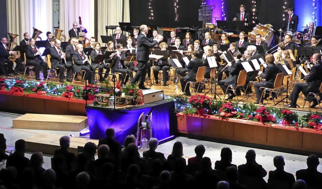 Kaum passen sie alle auf die Bühne, di...ikerinnen und Musiker der Stadtmusik.     Foto: Sylvia-Karina Jahn