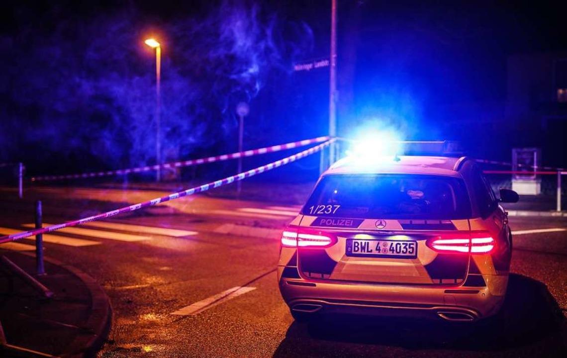 Ein Einsatzfahrzeug der Polizei steht ...ächtigen nach Fahrerflucht erschossen.    Foto: Christoph Schmidt (dpa)