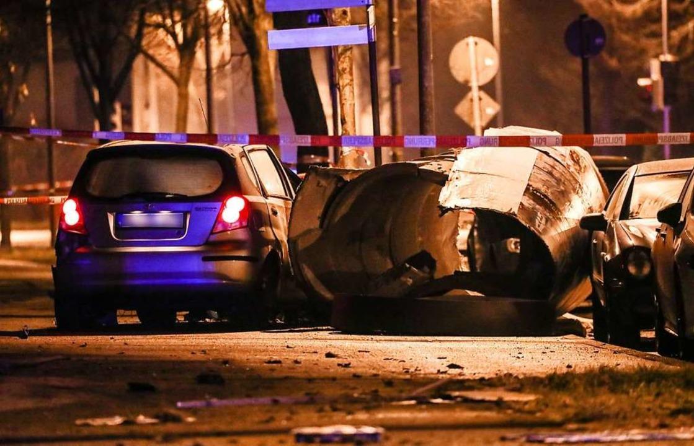 Ein Kleinfahrzeug steht neben einer um...ächtigen nach Fahrerflucht erschossen.    Foto: Christoph Schmidt (dpa)