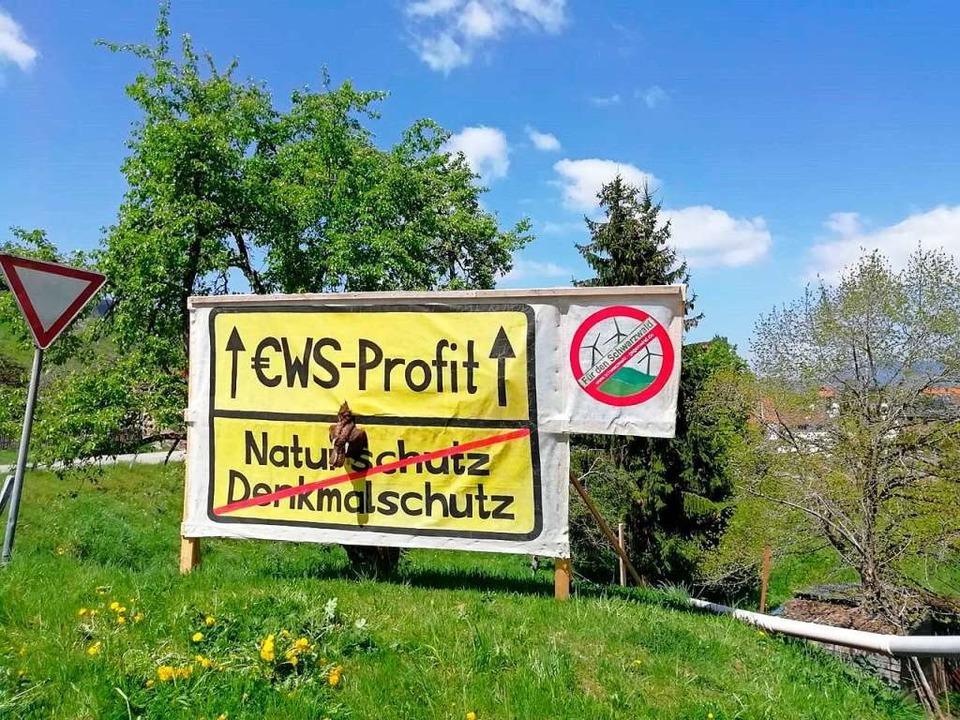 Ein Plakat der Bürgerinitiative Schwar... und mit einem toten Bussard versehen.  | Foto: Privat