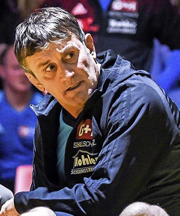 Schwarz verweigert Handschlag: TuS-Trainer Bernd Reichenbach  | Foto: Gerd Gruendl