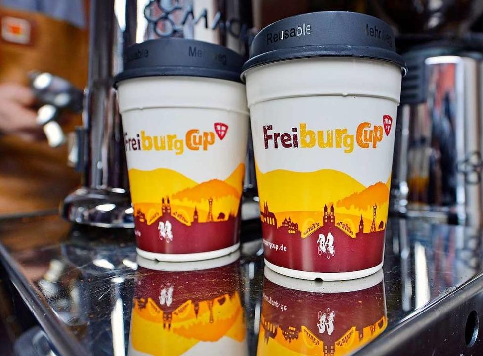 Der Freiburg-Cup kommt im 2019er Look ...Mehrwegdeckel ist noch ein Ladenhüter.  | Foto: Michael Bamberger