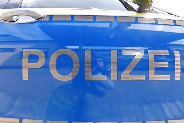 Polizei sucht nach Unfall im Weinberg ein blaues Auto