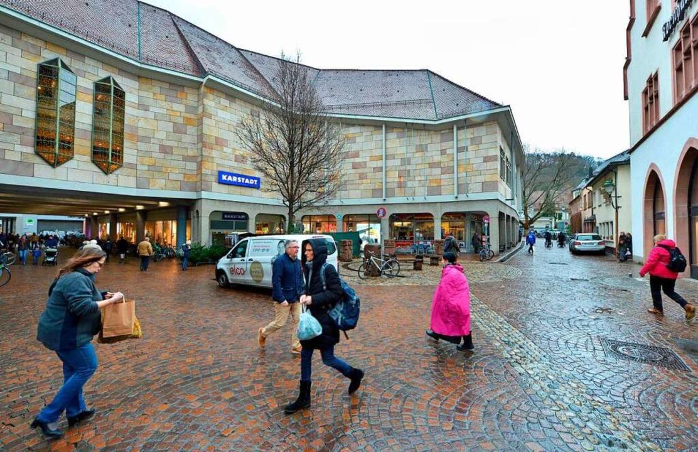 Der Platz zwischen Karstadt-Hauptgebäu...der Vorkriegsbebauung nicht mithalten.  | Foto: Michael Bamberger