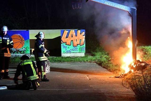 Feuerwehr löscht Brand auf Basketballplatz in Langenwinkel