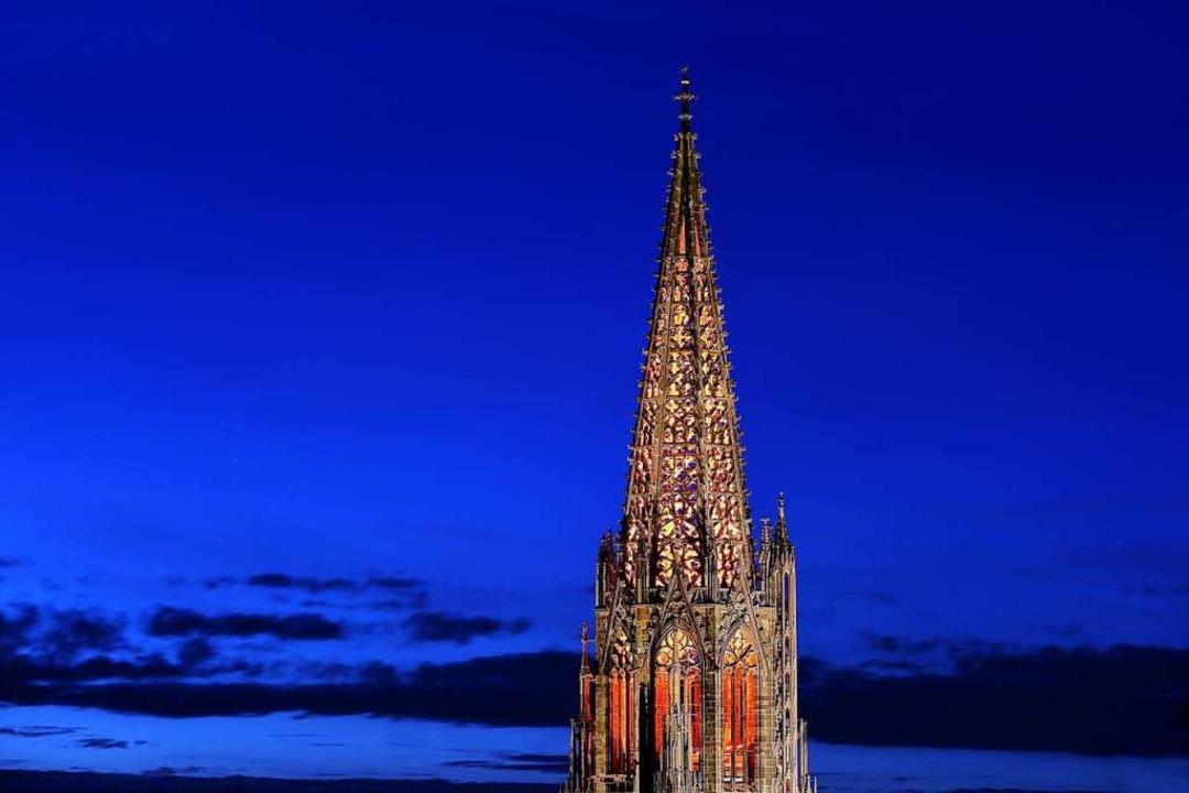 Das Freiburger Münsterturm in der Dämmerung.    Foto: Patrick Lohmüller