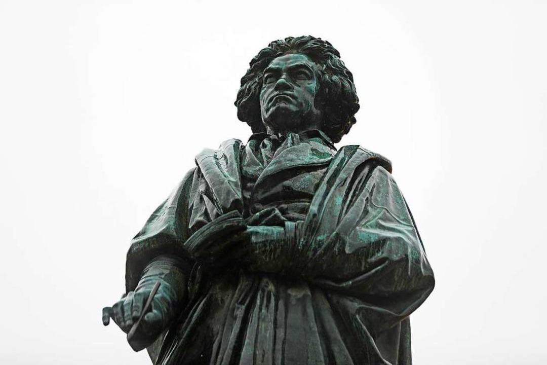 Eine Statue des Komponisten Ludwig van...ven steht auf dem Bonner Münsterplatz.  | Foto: Oliver Berg (dpa)