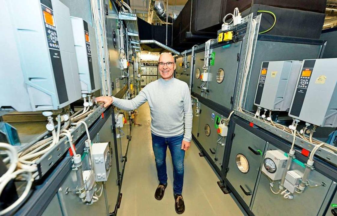 Jens Renzow bei den raumlufttechnische...r den OP-Bereich im Lorettokrankenhaus  | Foto: Michael Bamberger