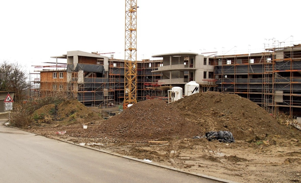 Kräne, Baufahrzeuge und Baumaterialien...ein großes Mietshaus mit 31 Wohnungen.  | Foto: Jutta Schütz