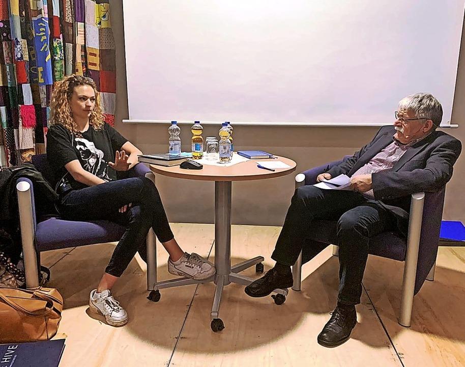 Model Sophia Arhens im Dialog mit Hein... Bürgerstiftung Ballrechten-Dottingen   | Foto: Privat