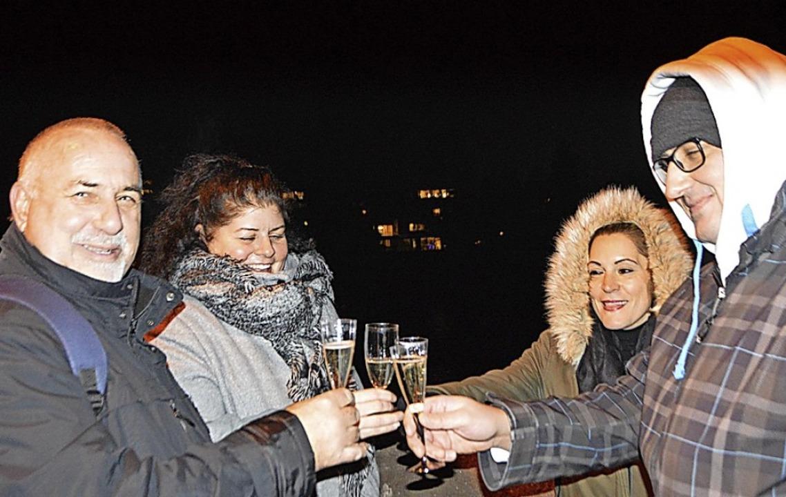 Mit einem Glas Sekt auf der Brücke anstoßen, gehört für viele zu Silvester dazu.  | Foto: Horatio Gollin