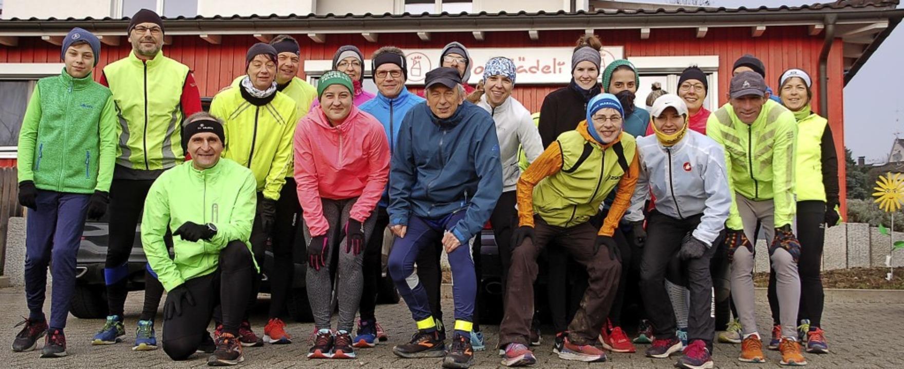 Pünktlich um 10 Uhr machten sich 21 Frauen und Männer an den Start.     Foto: Petra Wunderle