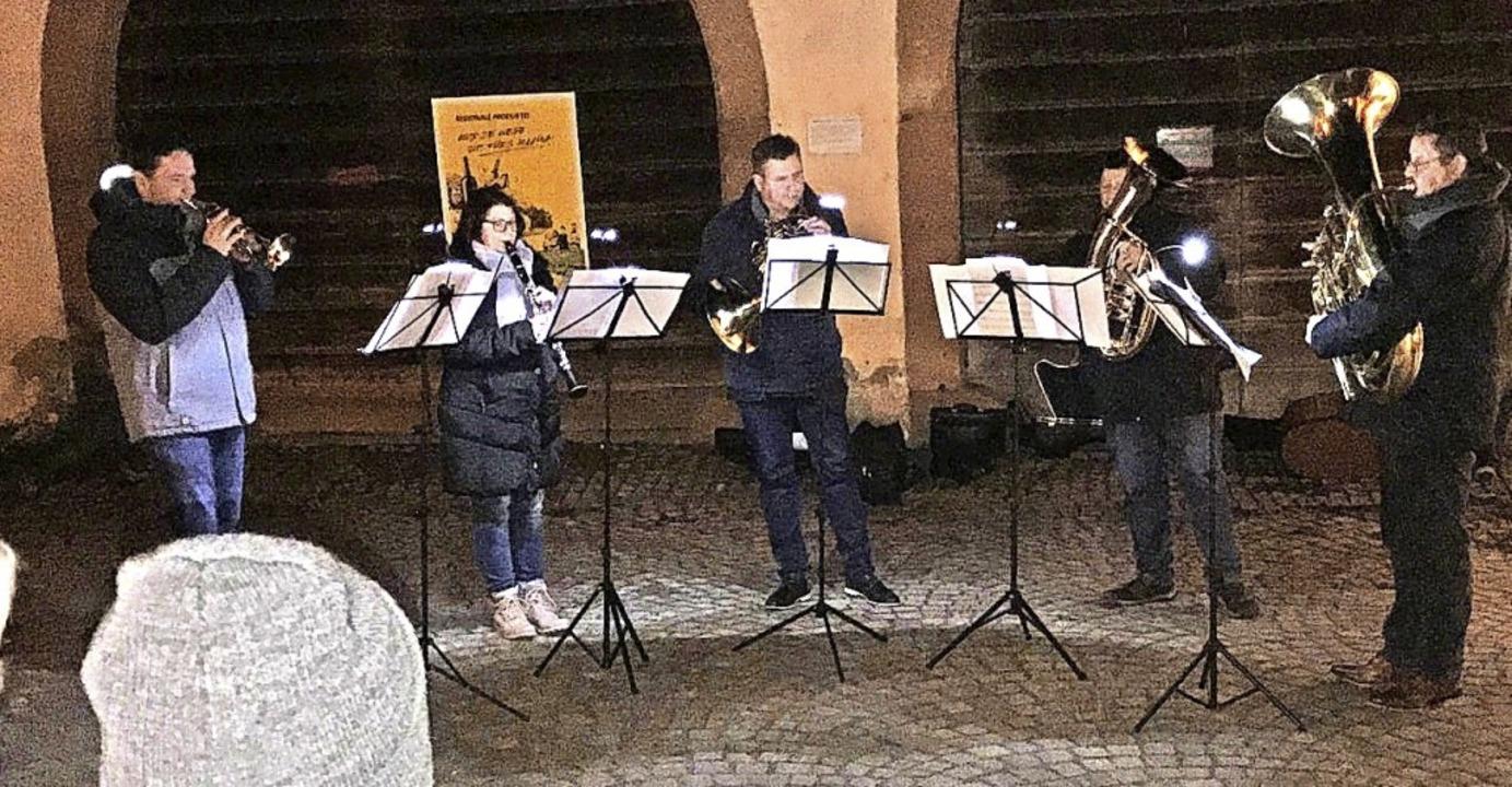 Thomas Schopferer, Christina Frey, Joc...spielten auf dem Egringer Kirchplatz.     Foto: Bernd Meyer