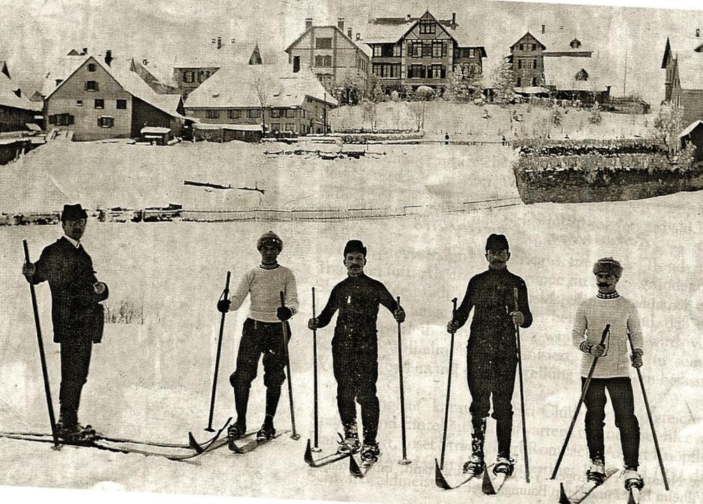 Der Skiclub mit Skifahrern im Graben (heute Kurgarten), vor dem Jahreswechsel.  | Foto: Roland Weis