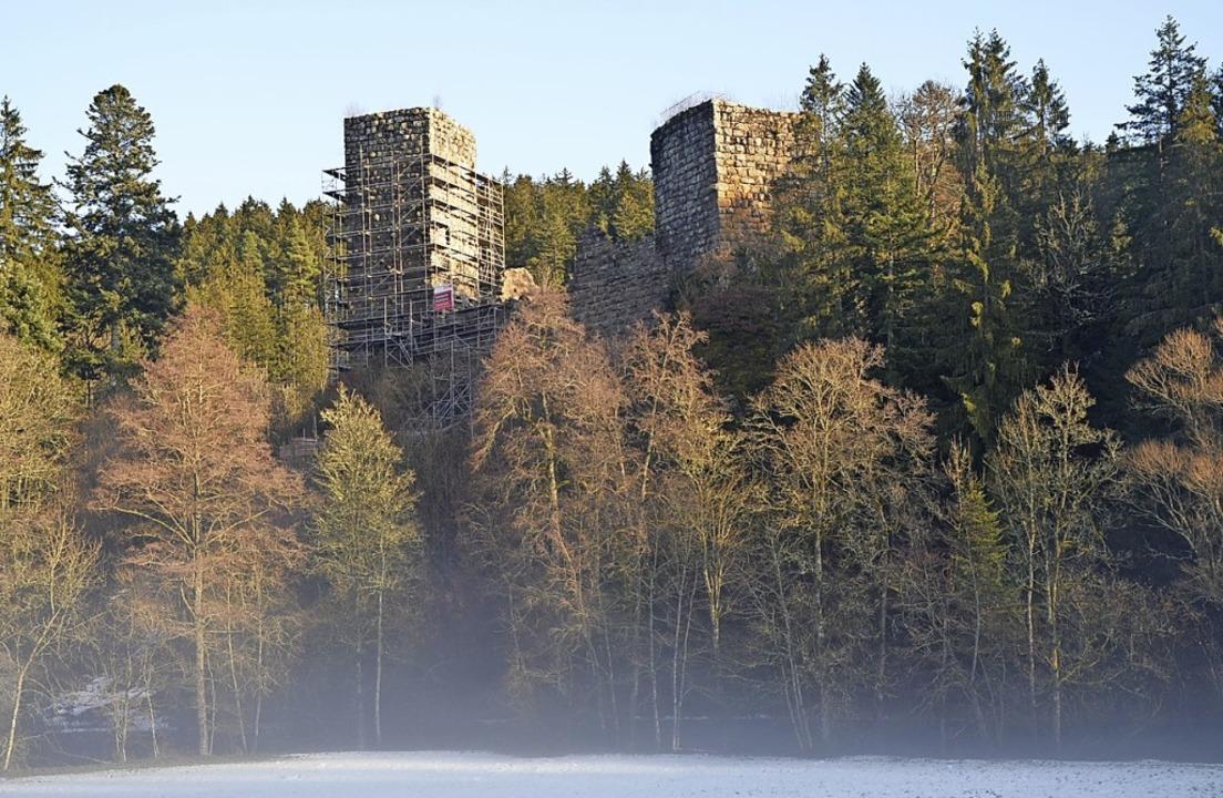 Die Sanierung der Roggenbacher Schlöss...ordturm wird derzeit noch eingerüstet.  | Foto: Friedbert Zapf