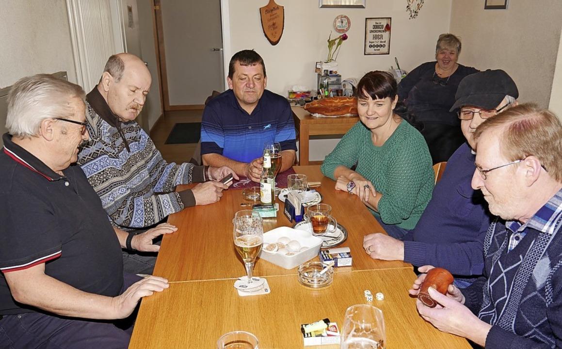 Der Würfelbecher und damit das Glück k...e Hess, Gebhart Hipp und Bern Wunsch.     Foto: Eva Korinth