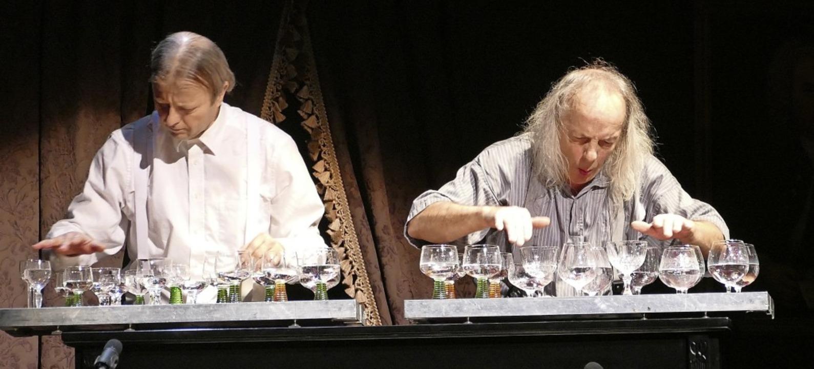 Selbst  Wassergläsern verstehen Gogol ...ch das Publikum mit Standing Ovations.  | Foto: Sabine Ehrentreich