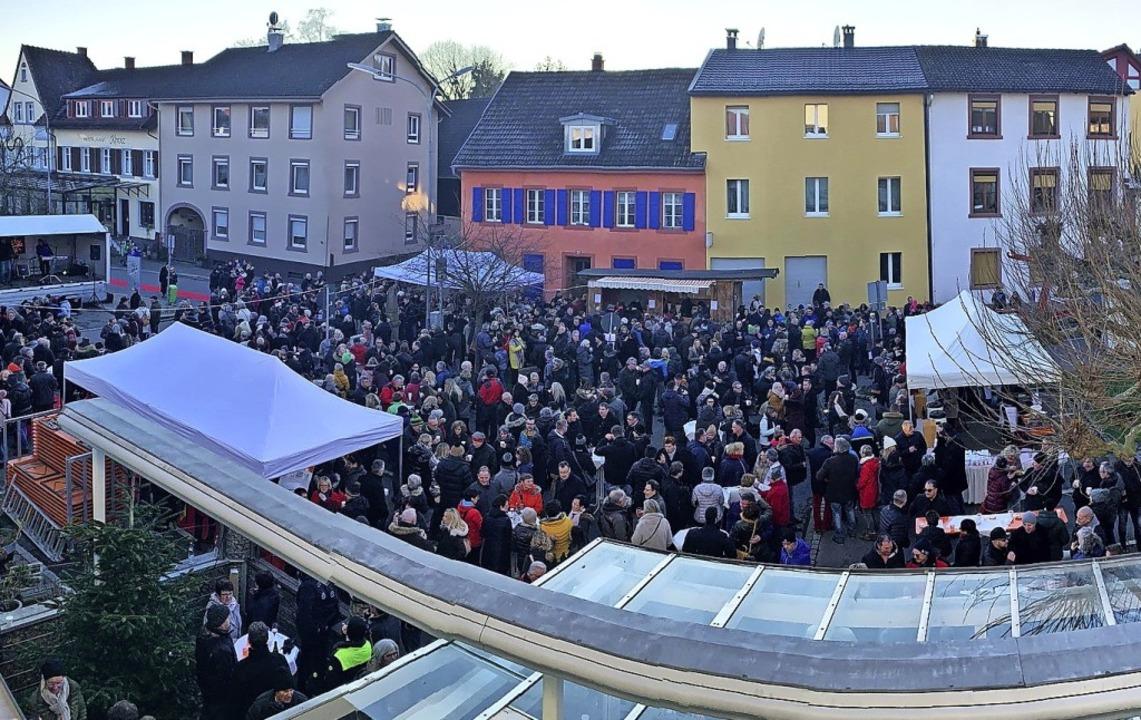 Das Interesse an der Veranstaltung am ...er sonst ein Parkplatz ist, war groß.     Foto: Hans-Jürgen Hege