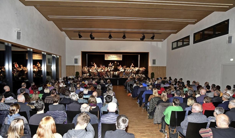 Gut besucht: Das erste Konzert –...us. Rechts Impression vom Almabtrieb.     Foto: Horst Dauenhauer