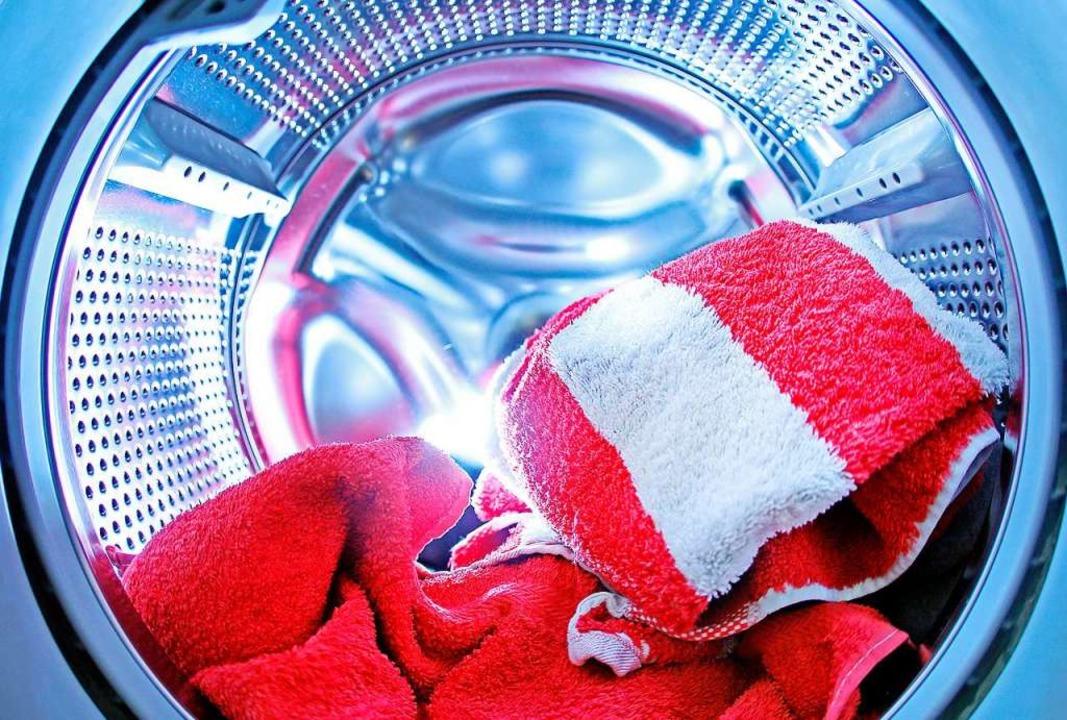 Ob zuhause oder beim Profi – am Ende soll die Wäsche sauber sein.  | Foto: Oliver Berg