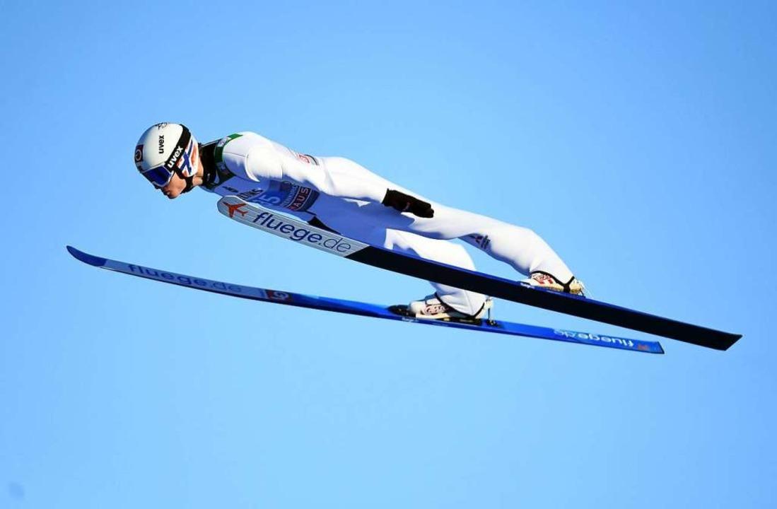 So segeln Sieger: der Norweger Marius ...des Schweizers Simon Ammann einstellte  | Foto: CHRISTOF STACHE (AFP)
