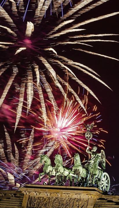 Das Feuerwerk am Brandenburger Tor    Foto: Christophe Gateau (dpa)