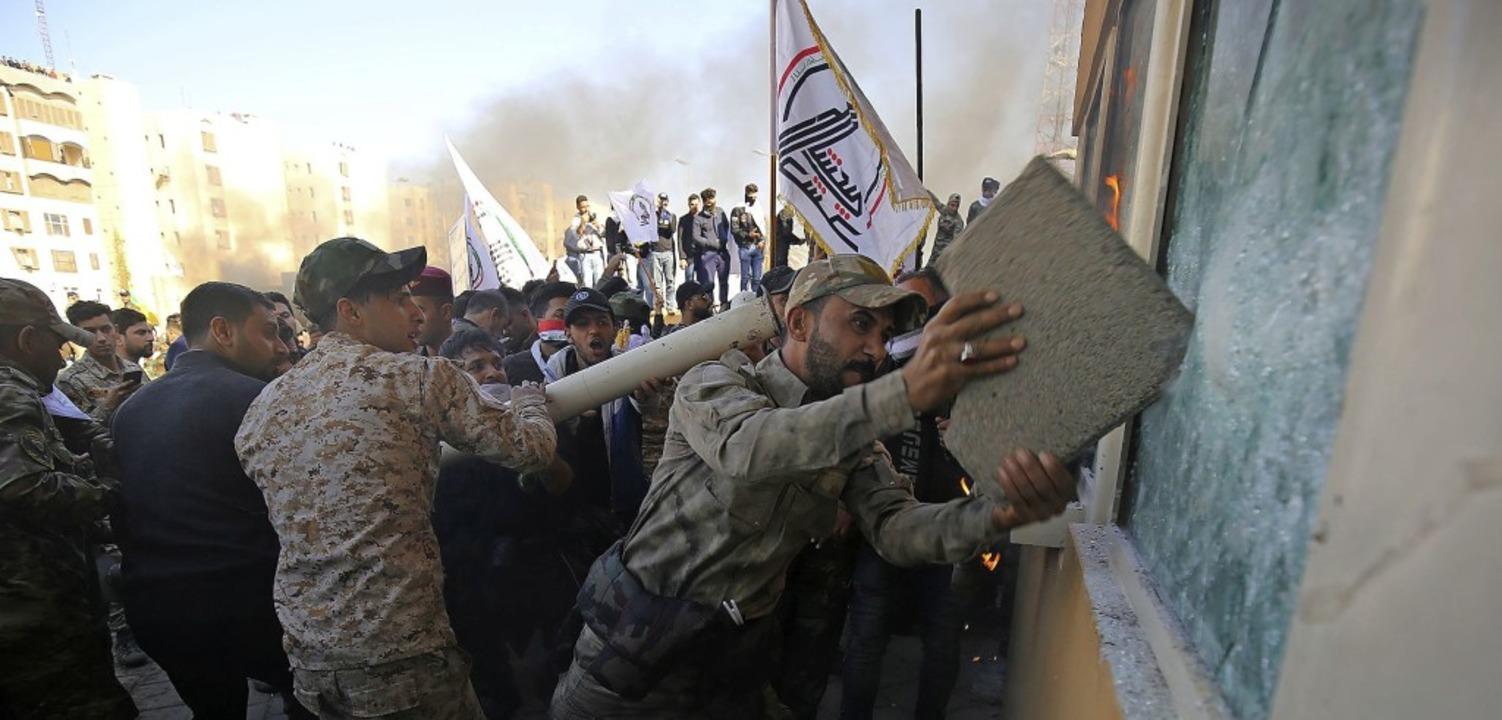 Auch Mitglieder pro-iranischer Milizen...Shaabi   nahmen an den Protesten teil.  | Foto: AHMAD AL-RUBAYE (AFP)