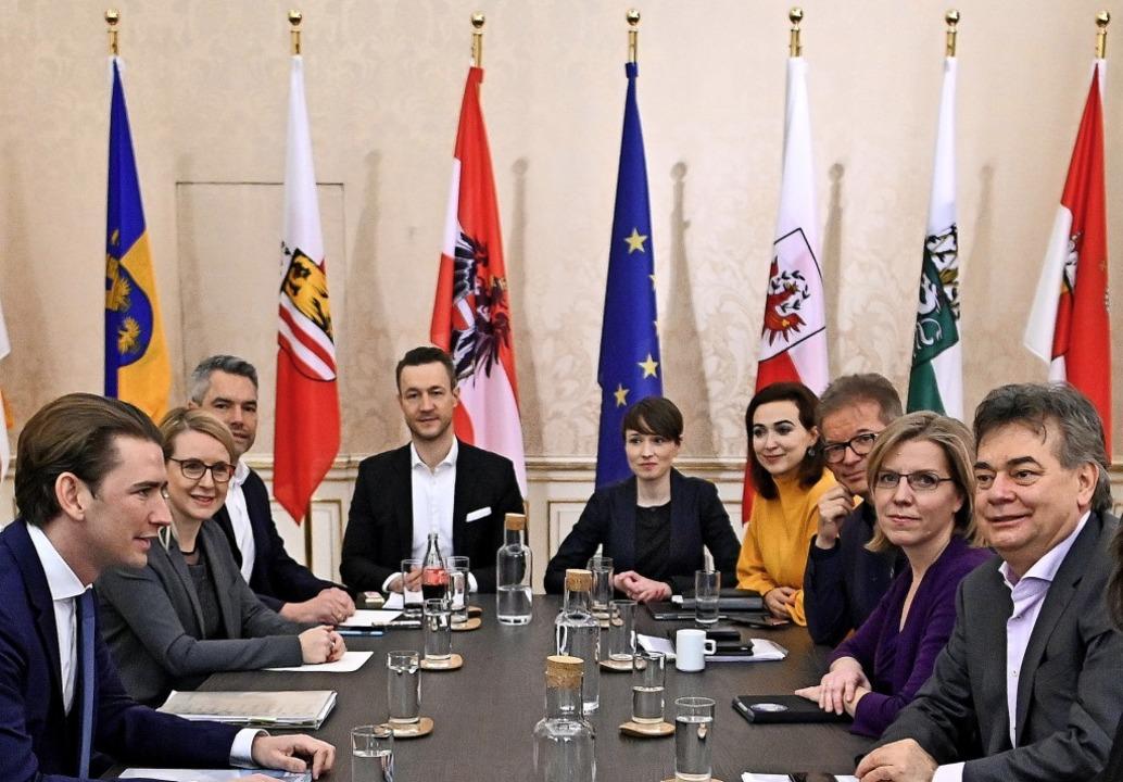 ÖVP-Chef Sebastian Kurz (links ) und G... (rechts) bei den Koalitionsgesprächen    Foto: Herbert Neubauer (dpa)