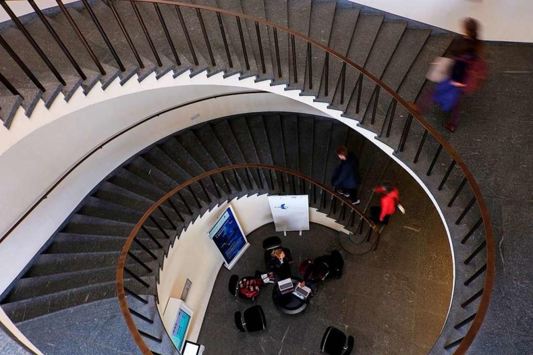 Das Treppenhaus im Kollegienhaus der U... von einer Veranstaltung zur nächsten.  | Foto: Ansgar Taschinski