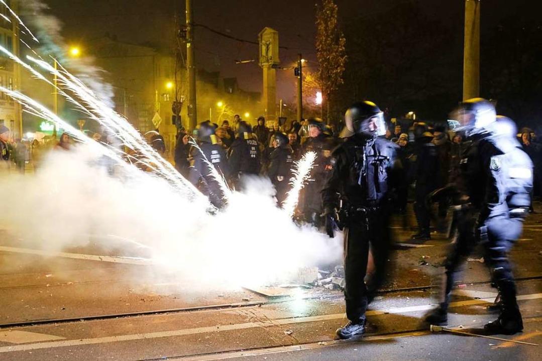 Polizisten räumen eine Kreuzung im Sta...nksautonomen und der Polizei gekommen.    Foto: Sebastian Willnow (dpa)