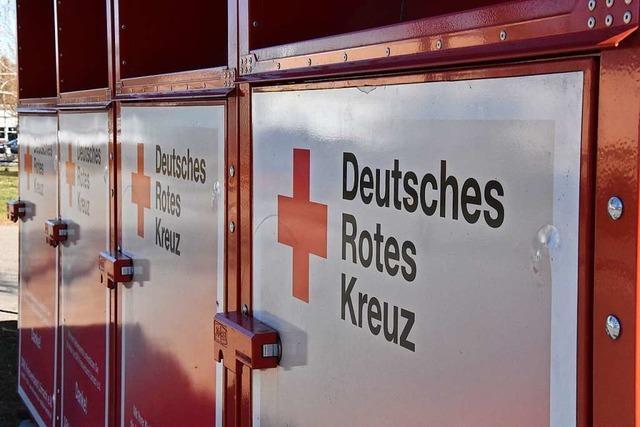 Feuerwehr löscht brennenden Altkleidercontainer in Lörrach