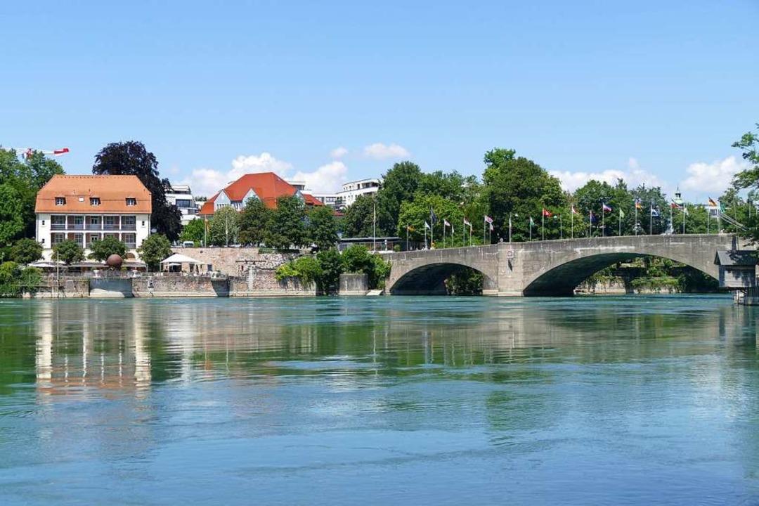 Der Mann war im Bereich der Alten Rheinbrücke ins Wasser gestürzt.    Foto: Ralf H. Dorweiler