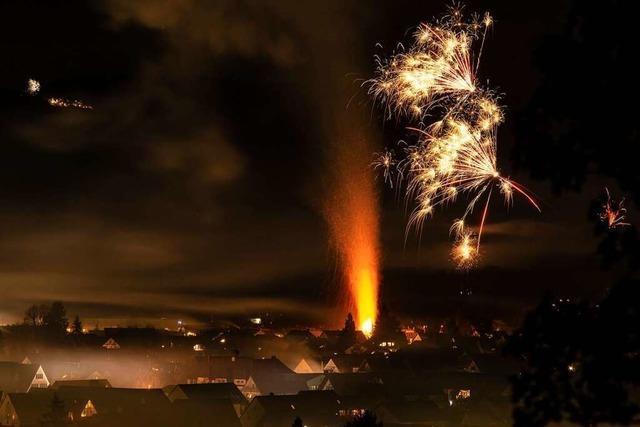 Brennende Hecke stiehlt Feuerwerk in Kirchzarten die Show