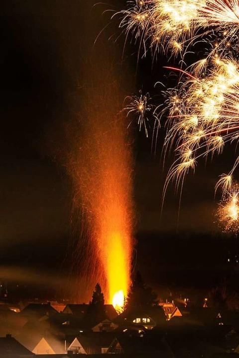 Brennende Hecke stiehlt Feuerwerk in Kirchzarten die Show    Foto: Privat