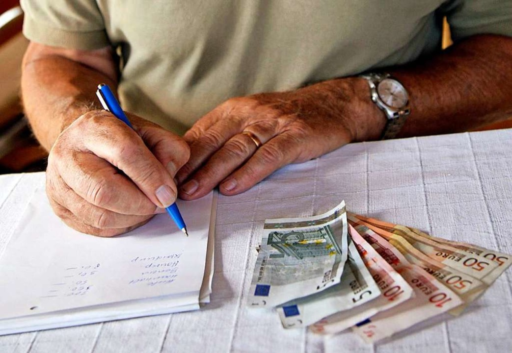 Manche Rentnerinnen und Rentner sind ü...en Geld tatsächlich bei ihnen ankommt.  | Foto: Andreas Gebert (dpa)