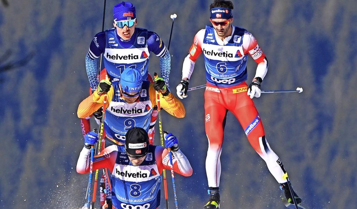 Im  15-Kilometer-Rennen im  klassische...olund (rechts/7.) die  Spitzengruppe.   | Foto: Jussi Nukari (dpa)