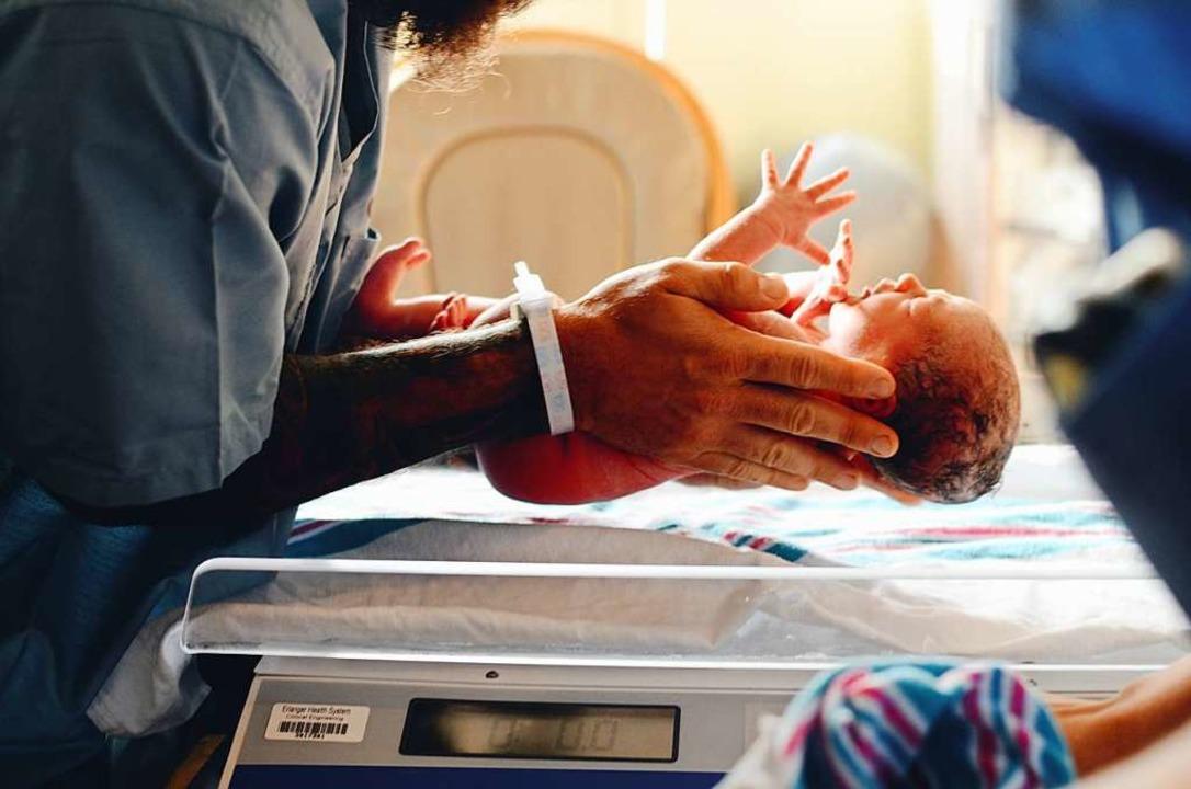 Ein Baby wird geboren (Symbolbild).  | Foto: Christian Bowen (Unsplash)