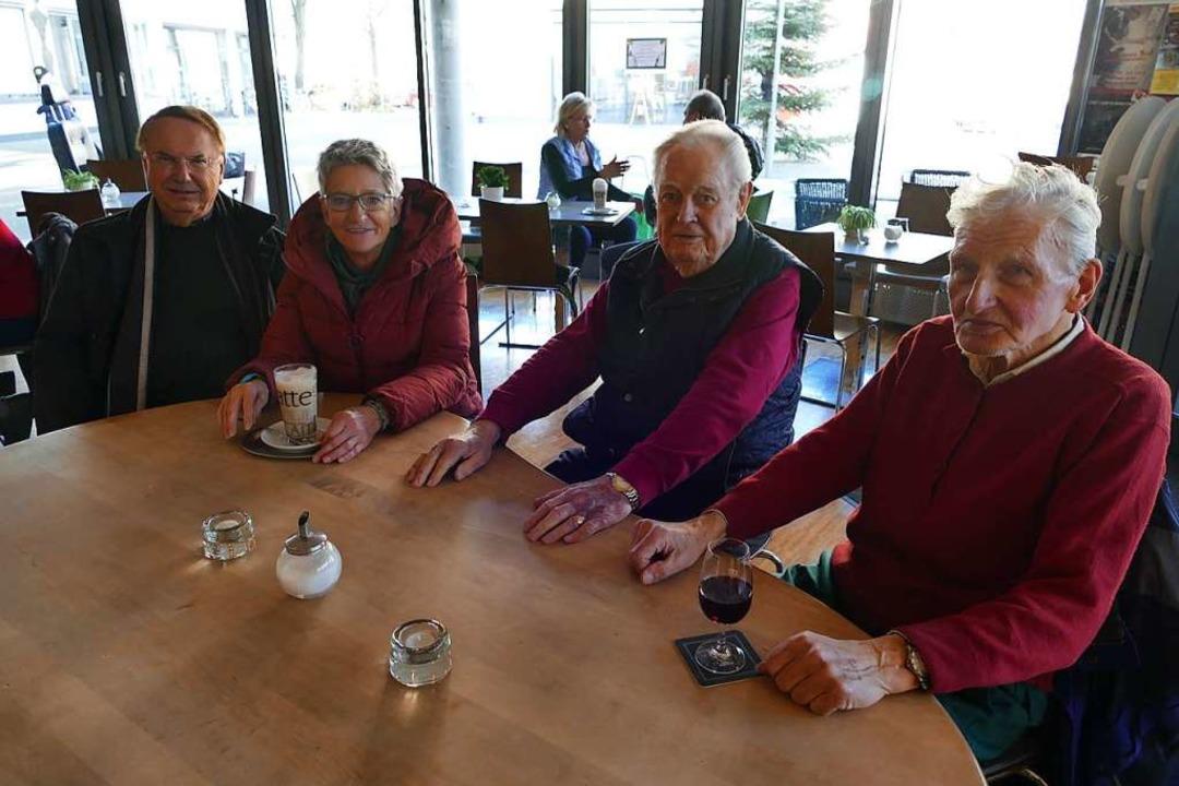 Dietmar Fischer, Jeanette Hemmer, Alfo...tauschen sich gern im Rathauscafé aus.    Foto: Victoria Langelott