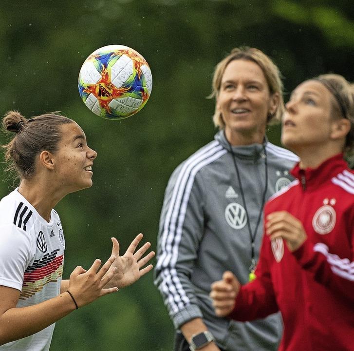 Fußball wird mit dem Kopf gespielt &#8...-Tecklenburg  (Mitte) demonstrieren.    | Foto: Sebastian Gollnow (dpa)