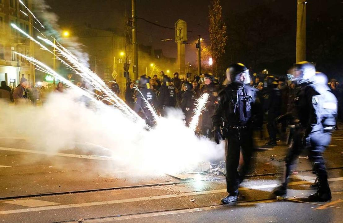 Auseinandersetzung zwischen Polizei und Randalierern an Neujahr in Leipzig  | Foto: Sebastian Willnow (dpa)