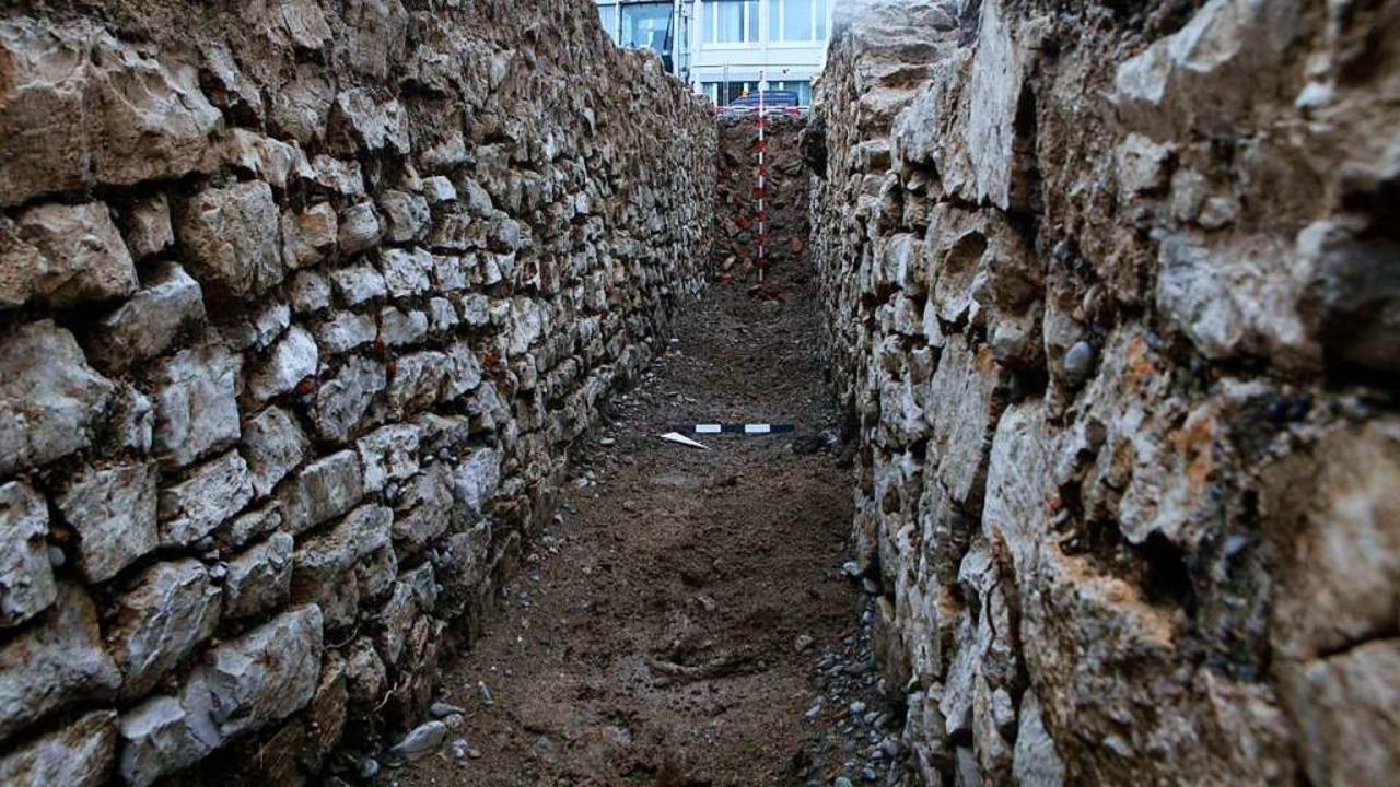 Der zwei Meter tiefe, gemauerte Kanal,...ligen Legionärslager freigelegt wurde.    Foto: Kantonsarchälogie