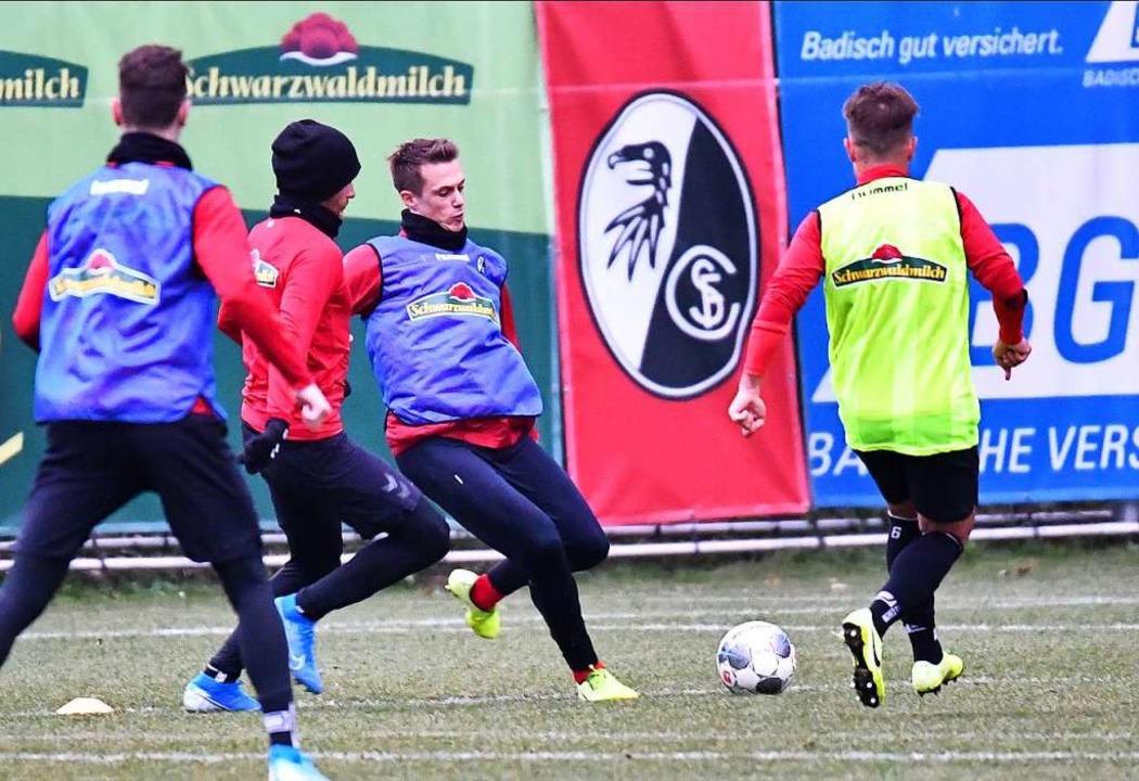 Die SC-Kicker sind gleich wieder rasant Richtung  Ball unterwegs.  | Foto: Achim Keller