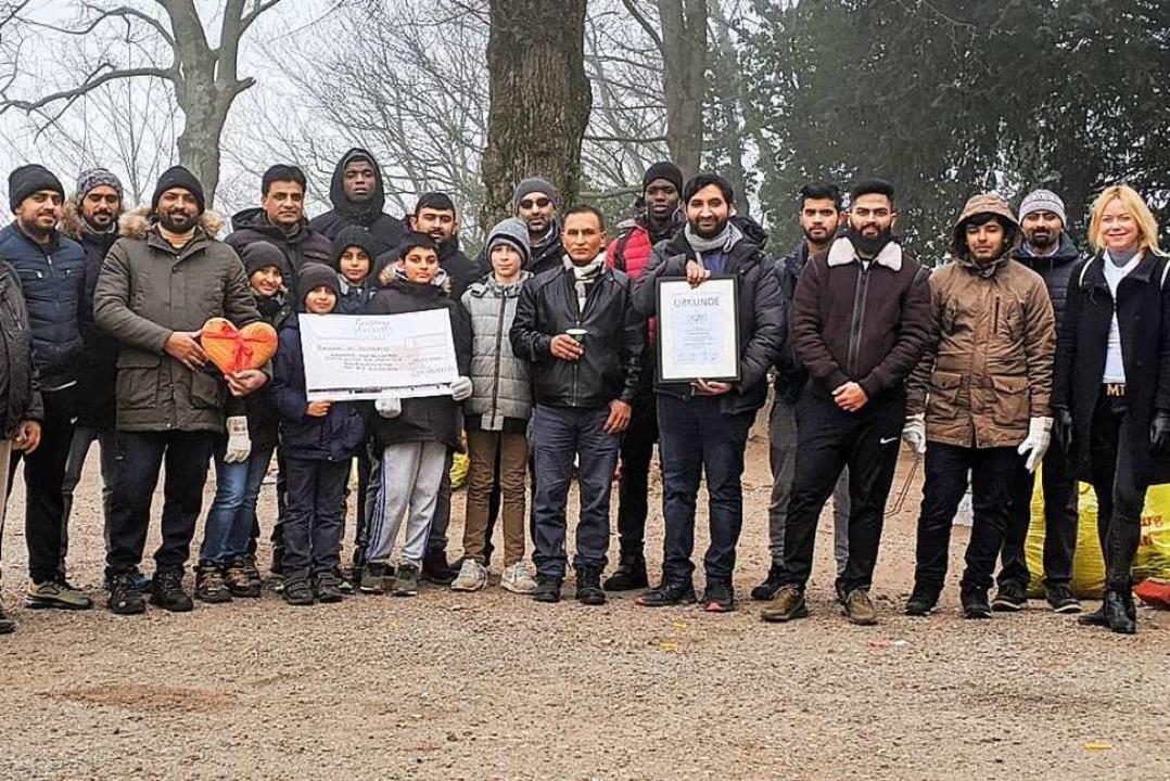 """Urkunde und Holzherz für die Jugendorg... """"Ahmadiyya Muslim Jamaat""""    Foto: Andreas Walny"""