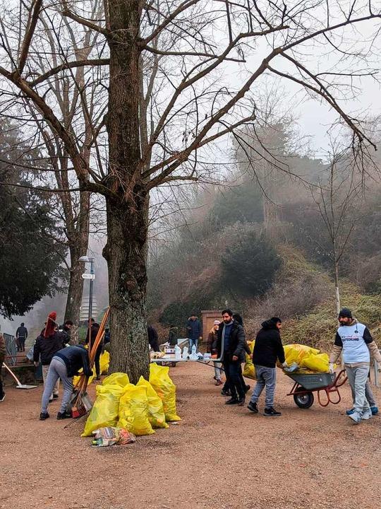 Immer am Neujahrsmorgen räumen die Jug... die Reste der Silvesterknallerei weg.    Foto: Andreas Walny
