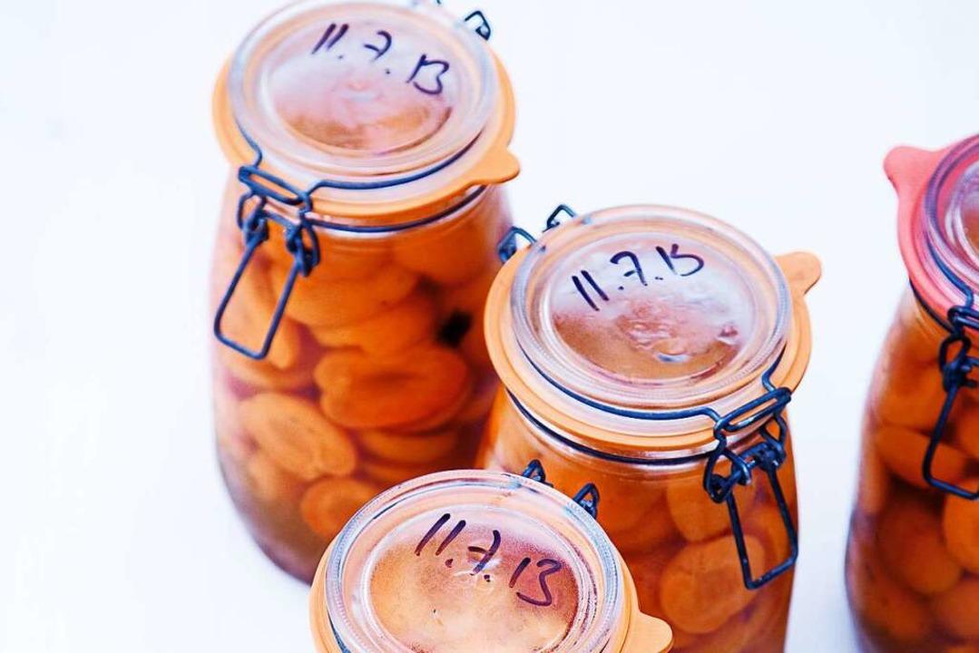 Weich, aber nicht matschig: Eingemachte Aprikosen bringen den Sommer zurück.  | Foto: Michael Wissing BFF