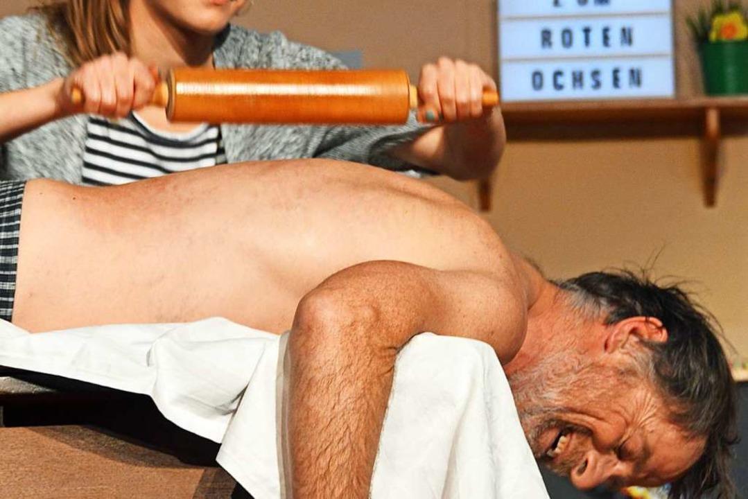Stammkunde Fritz lässt die Nudelholzmassage von Gabi über sich ergehen.    Foto: Gerhard Lück