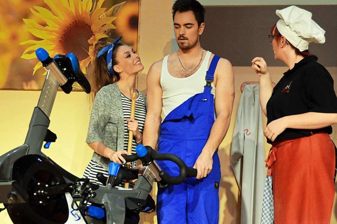 Während Köchin Berta sich über das Fit...t, flirtet ihn Gabi gleich mächtig an.    Foto: Gerhard Lück