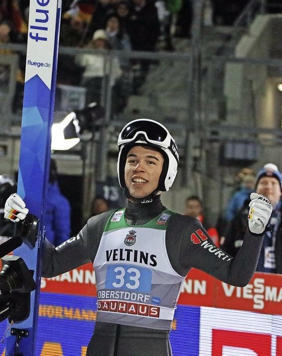 Skispringer Luca Roth schaffte es beim...das Finale der besten 30 und jubelte.   | Foto: Joachim Hahne