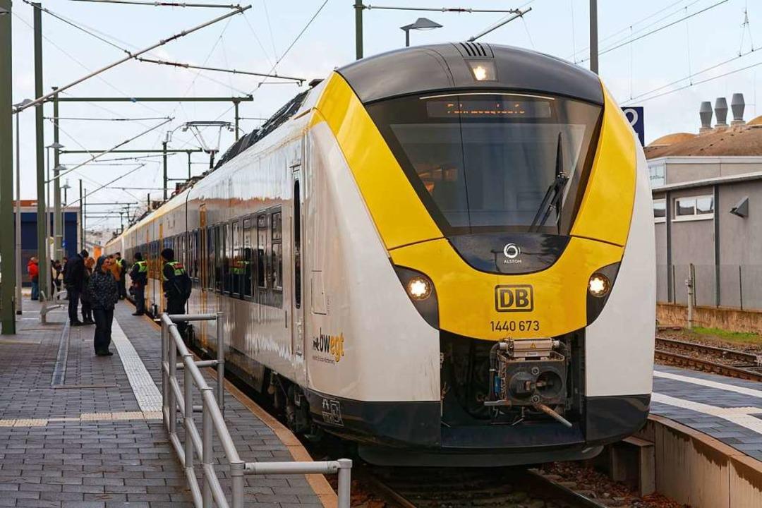 Beim Startschuss  für die Ost-West-Ach... Continental am Bahnsteig in Endingen.  | Foto: Martin Wendel