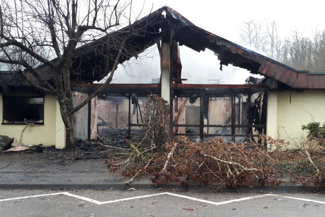 Der Kindergarten lag am frühen Vormittag nach dem Brand in Schutt und Asche.  | Foto: Erika Bader